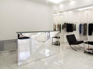Зеркальный ресепшн в бутике женской одежды
